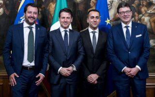 Θα επιτρέψουν οι Βρυξέλλες στη Ρώμη να εντάξει στον προϋπολογισμό του 2019 στοιχεία από το προεκλογικό πρόγραμμα των δύο κυβερνητικών κομμάτων; Από αριστερά, Ματέο Σαλβίνι, Τζουζέπε Κόντε, Λουίτζι ντι Μάιο και ο γραμματέας του Υπουργικού Συμβουλίου Τζανκάρλο Τζορτζέτι.