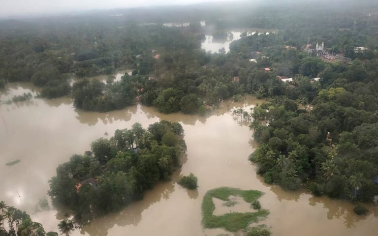 Ινδία: Στους 370 οι νεκροί από τις πλημμύρες – 700.000 άνθρωποι σε καταφύγια