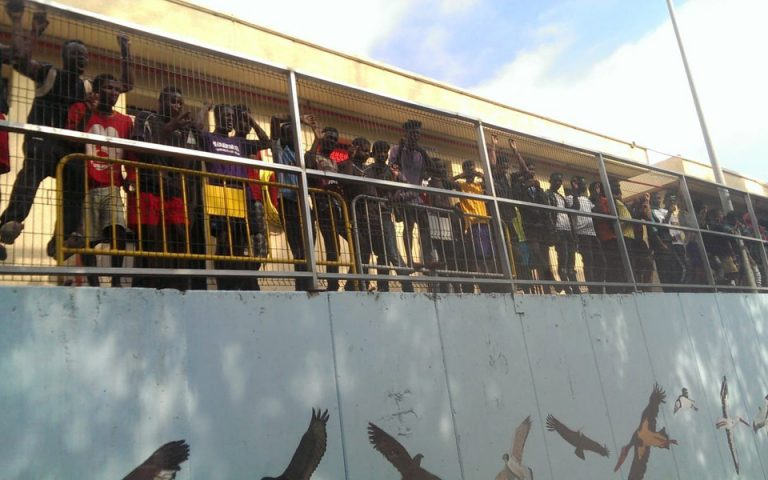 Επεισοδιακή είσοδος μεταναστών στη Θέουτα – Σκαρφάλωσαν σε συρματόπλεγμα 6 μέτρων (φωτο)