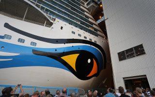 Πλοίο αξιοθέατο. Πλήθος κόσμου βρέθηκε στο ναυπηγείο Meyer Werft στο Papenburg της Γερμανίας. Σκοπός τους να απολαύσουν από κοντά το νέο σκαρί, το κρουαζιερόπλοιο AIDAnova έχει μήκος 337 μέτρα και είναι το πρώτο του είδους του που θα κινείται με υγροποιημένο φυσικό αέριο.  EPA/FOCKE STRANGMANN