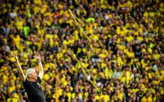 Σαν διευθυντής ορχήστρας. Ο νέος προπονητής της Borussia Dortmund,  Lucien Favre, ξεσηκώνεται μαζί με το κοινό σε μια μάλλον κακή στιγμή του αγώνα. Για την ιστορία η ομάδα του κέρδισε με 4-1 την Λειψία.  EPA/SASCHA STEINBACH