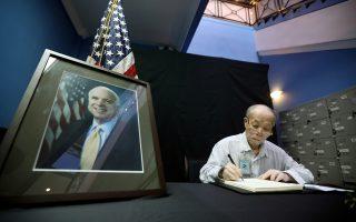 Ο Φαμ Μινχ Τσουκ, δεσμοφύλακας του Τζον Μακέιν στον Πόλεμο του Βιετνάμ, υπογράφει στο βιβλίο συλλυπητηρίων, στην αμερικανική πρεσβεία στο Ανόι.