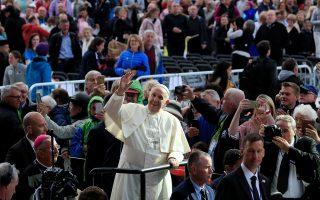 Ο Πάπας Φραγκίσκος κατά την άφιξή του το Σάββατο στο Δουλβίνο, για το Διεθνές Φεστιβάλ της Οικογένειας.