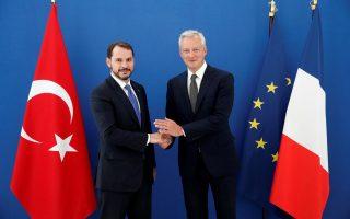 «Η Τουρκία πρέπει να εφαρμόσει διαρθρωτικές μεταρρυθμίσεις και να χρησιμοποιήσει κάθε διαθέσιμο μέσο ώστε να σταθεροποιήσει την οικονομία της», δήλωσε ο Γάλλος υπουργός Οικονομικών Μπρινό Λε Μερ κατά τη συνάντησή του με τον Τούρκο ομόλογό του Μπεράτ Αλμπαϊράκ στο Παρίσι.