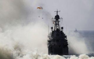 Ρωσικά πλοία του ναυτικού και αλεξιπτωτιστές συμμετέχουν σε παλαιότερη άσκηση στη Μαύρη Θάλασσα.