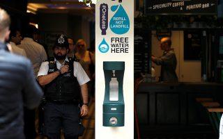 """Η επιβεβαίωση ότι κάναμε λάθος. Πρωτοπόροι οι Αγγλοι στην κατάργηση των πλαστικών μιας χρήσης. Ετσι λοιπόν προχώρησαν και την δημιουργία της εικονιζόμενης """"πηγής"""" στο κέντρο του Λονδίνου όπου ο καθένας μπορεί να ξαναγεμίσει των πολλών του χρήσεων μπουκάλι με φρέσκο νερό για να ξεδιψάσει. Ετσι, για να βεβαιώσουμε ότι κάποια αγαθά όταν προσφέρονται κάνουν καλό παντού.  REUTERS/Peter Nicholls"""