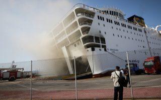 Ηταν μία από εκείνες τις φορές που όλα λειτούργησαν σωστά και απεφεύχθη μια εν δυνάμει τραγωδία. Η φωτιά που ξέσπασε χθες στο γκαράζ του «Ελευθέριος Βενιζέλος» εν πλω δεν έθεσε σε κίνδυνο τους 875 επιβάτες και τα 140 άτομα πλήρωμα. Το πλοίο επέστρεψε στον Πειραιά και όλοι αποβιβάστηκαν χωρίς να υπάρξουν τραυματισμοί. Βέβαια, η φωτιά στο «Ελ. Βενιζέλος», που βρίσκεται στην είσοδο του λιμανιού, στο «Λιοντάρι», δεν έχει ακόμη κατασβεστεί, ενώ το πλοίο είχε πάρει μεγάλη κλίση εξαιτίας των τόνων του νερού πυρόσβεσης.