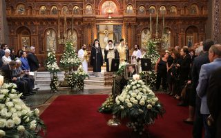 Ο μητροπολίτης Μάνης Χρυσόστομος τελεί την εξόδιο ακολουθία στον κατάμεστο Αγιο Διονύσιο.