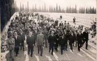Ο Σαρλ Ντε Γκωλ και ο Κωνσταντίνος Καραμανλής κατά την επίσκεψή τους στα Συμμαχικά Στρατιωτικά Νεκροταφεία του Ζεϊτενλίκ, στις 19 Μαΐου 1963.