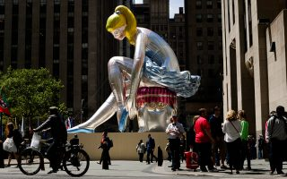 «Καθιστή μπαλαρίνα». Εργο του Τζεφ Κουνς από λαμπερό νάιλον, χαρακτηριστικό παράδειγμα των δυνατοτήτων που έδωσε το πλαστικό στους καλλιτέχνες.