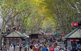 Κοσμοσυρροή στη λεωφόρο Λας Ράμπλας της Βαρκελώνης, σε σημείο που είναι δύσκολο να περπατήσει κανείς ή ακόμη και να ψωνίσει. Η Βαρκελώνη είναι ένα θύμα του μαζικού τουρισμού και προσπαθεί να ανακαλύψει τρόπους για να κρατήσει λελογισμένα τους τουρίστες μακριά. Ανάλογα προβλήματα λόγω μαζικού τουρισμού αντιμετωπίζουν και άλλες ευρωπαϊκές πόλεις, όπως η Βενετία, αλλά και το Ντουμπρόβνικ.