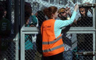 «Στη Μόρια έχουμε 38 εθνικότητες. Αντιλαμβάνεστε πόσους διερμηνείς χρειαζόμαστε;» τονίζουν οι εργαζόμενοι στις υπηρεσίες ασύλου, θεωρώντας πολύ δύσκολη την εφαρμογή του νόμου για σύντμηση των προθεσμιών.