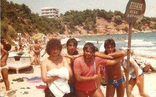 Ο Αργύρης Κωστάκης –ο πρώτος από δεξιά– με τους φίλους του στον παράδεισό του, το Κόκκινο Λιμανάκι, στις αρχές της δεκαετίας του 1980. Εκεί ζούσε μόνιμα τα τελευταία 22 χρόνια. Με τον σύλλογο που δημιούργησε το 2003, θα προσπαθήσουν να σβήσουν την αποκαρδιωτική εικόνα του σήμερα.