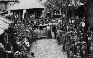 Η υποδοχή του πρώτου αυτοκινήτου στη Σαμαρίνα, το 1932, από όλο τον ανδρικό πληθυσμό του χωριού.