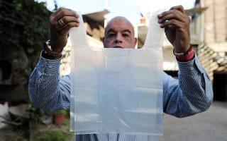 Ο κύριος που θα φέρει επανάσταση. Μια διασπώμενη σακούλα στο νερό κατασκεύασε ο Χιλιανός μηχανικός Roberto Astete  που μάλιστα όταν διαλύεται δεν παράγει κανέναν ρύπο και το νερό μπορεί να καταναλωθεί άφοβα. REUTERS/Ivan Alvarado