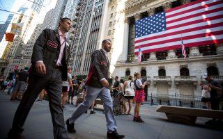 Στη Wall Street, πριν από το κλείσιμο οι δείκτες Nasdaq και S&P είχαν εκτιναχθεί σε νέα επίπεδα-ρεκόρ – 8.099,38 (0,86%) και 2.914,48 μονάδες (0,59%) αντίστοιχα. Ο Dow Jones σημείωσε άνοδο 0,33%, στις 26.151,06 μονάδες.