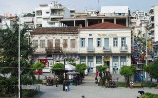 Στην πλατεία Πάρκου, στη Λαμία, το νεοκλασικό κτίσμα αριστερά βρίσκεται σε στάδιο αποκατάστασης. Θα τοποθετηθούν και πάλι αγάλματα στη στέψη.