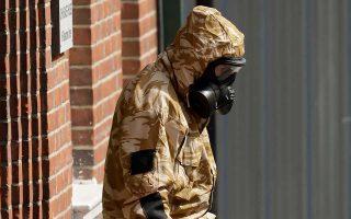 Ειδικοί του βρετανικού στρατού ερευνούν το σημείο της επίθεσης με βιοχημική τοξίνη.