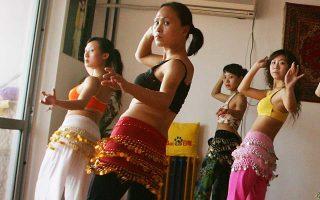 Κινέζες σε μάθημα χορού της κοιλιάς στο Πεκίνο. Συμπατριώτισσές τους καταγγέλλουν περιστατικά σεξουαλικής παρενόχλησης.