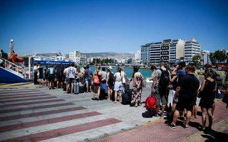 Με όλα τα μέσα εγκατέλειπαν από χθες οι Αθηναίοι την πόλη για τις διακοπές του Δεκαπενταύγουστου. Ιδιαίτερα αυξημένη ήταν από νωρίς η κίνηση σε Πειραιά, Ραφήνα και Λαύριο, από όπου αναχώρησαν συνολικά 44 πλοία μεταφέροντας περισσότερους από 33.000 επιβάτες. Το 100% άγγιζε η πληρότητα στα καταλύματα σε νησιωτική και ηπειρωτική χώρα.