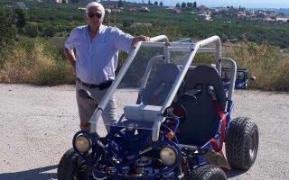 Ο Νίκος Δελαντώνης κατασκεύασε στα 82 του χρόνια το όχημα, που κινείται με απλή μπαταρία και τον εξυπηρετεί για κοντινές αποστάσεις.