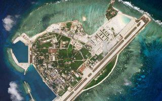 Το Πεκίνο έχει μετατρέψει επτά υφάλους και ξερονήσια σε νησιά που φιλοξενούν στρατιωτικές εγκαταστάσεις. Σε φυσικά νησιά, όπως στα νησιά Πάρασελς, έχει χτίσει τουριστικές εγκαταστάσεις, ενώ σε άλλες διαφιλονικούμενες περιοχές έχει μεταφέρει τεράστιες πλατφόρμες άντλησης πετρελαίου.