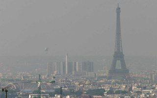 Ο Πύργος του Αϊφελ μέσα σε πυκνό νέφος αιθαλομίχλης. Η ατμοσφαιρική ρύπανση έχει στον οργανισμό των τουριστών ίδιες συνέπειες με το κάπνισμα.