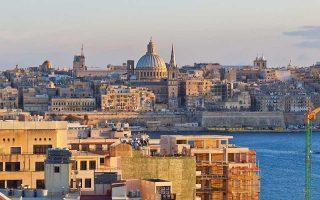 Η Κομισιόν έχει θορυβηθεί εξαιτίας του προγράμματος της Μάλτας, στο πλαίσιο του οποίου μπορεί να λάβει κάποιος την υπηκοότητα εάν επενδύσει 650.000 ευρώ στο επενδυτικό ταμείο της χώρας και αν αγοράσει ή ενοικιάσει ακίνητη περιουσία, όπως και αν επενδύσει 150.000 ευρώ σε μετοχές και ομόλογα.