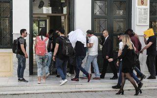Μεταφορά συλληφθέντων για συμμετοχή στο κύκλωμα διακίνησης των φαρμάκων, στην Ευελπίδων, τον Μάιο.