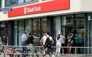 Πελάτες της τουρκικής τράπεζας Ziraat Bank στη Φρανκφούρτη περίμεναν χθες υπομονετικά να αλλάξουν τις τουρκικές λίρες τους σε ευρώ, παρά τις νουθεσίες του προέδρου Ερντογάν.
