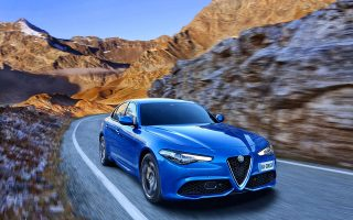 Η βενζινοκίνητη έκδοση φτάνει τα 100 χλμ./ώρα σε μόλις 5,2 δευτερόλεπτα και έχει τελική 240 χλμ./ώρα.