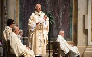 Ο αρχιεπίσκοπος της Ουάσιγκτον Ντόναλντ Βούερλ, ο οποίος απεικονίζεται στη φωτογραφία να απευθύνεται σε πιστούς, είναι από τους ιερείς που κατηγορούνται ότι συγκάλυψαν συστηματικά τις καταγγελίες.