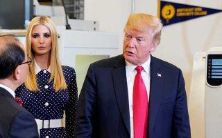 Ο Αμερικανός πρόεδρος Ντόναλντ Τραμπ με την κόρη του, Ιβάνκα, στον Λευκό Οίκο, στις 26 Ιουλίου.