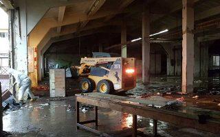 Συνεργεία του δήμου καθαρίζουν τις εγκαταστάσεις στου «Λαδόπουλου», μετά την εκκένωση του χώρου από μετανάστες.
