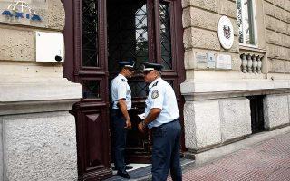 Αστυνομικοί στην είσοδο της πρεσβείας της Αυστρίας στην οδό Βασ. Σοφίας, μετά την εισβολή του «Ρουβίκωνα».