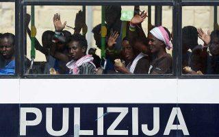 Μετανάστες που διασώθηκαν με το «Aquarius» μεταφέρονται σε καταυλισμό προσφύγων με λεωφορείο της αστυνομίας στη Βαλέτα της Μάλτας.