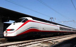 sti-deth-to-proto-treno-me-italiki-ypografi0