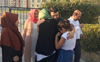 Επί 14 μήνες κρατούμενος, ο Τανέρ Κιλίκ, βγαίνοντας από τη φυλακή στη Σμύρνη, αγκάλιασε συγκινημένος τη σύζυγό του και τις τρεις κόρες του.