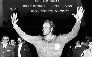 Ο Χρήστος Παπανικολάου μπροστά στον φωτεινό πίνακα που αναγράφει το πρώτο παγκόσμιο ρεκόρ Ελληνα αθλητή.