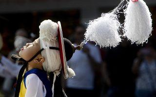 Γεύση Κορέας. Με κύκλους και τινάγματα του κεφαλιού ο μικρός χορευτής έδωσε στους παρευρισκόμενους μια μικρή γεύση από την κουλτούρα της χώρας του σε υπαίθριο χώρο της Φρανκφούρτης. (AP Photo/Michael Probst)