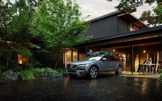 Το V90, με αμάξωμα που επιβάλλεται διακριτικά, αποτελεί το κορυφαίο μοντέλο της οικογένειας Cross Country της σουηδικής εταιρείας.