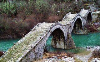 Το γεφύρι του Ζαγορίου Καλογερικό ή Πλακίδα, λίγο πριν από την είσοδο στο χωριό Κήποι.