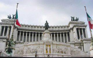 Η ιταλική κυβέρνηση θέλει να υιοθετήσει ελάχιστο εγγυημένο εισόδημα για φτωχούς πολίτες, με κόστος 17 δισ. ευρώ, και ενιαίο φορολογικό συντελεστή με εκτιμώμενο κόστος 70 δισ. ευρώ.