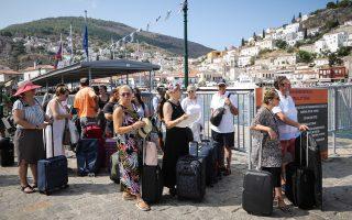 Το λιμάνι της Υδρας γεμάτο τουρίστες, Ελληνες και ξένους, σε κατάσταση απελπισίας, περιμένοντας το «δελφίνι» για να φύγουν από το νησί.