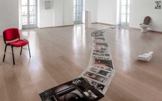 Αποψη από την έκθεση στο Ιδρυμα Τηνιακού Πολιτισμού, στη Χώρα της Τήνου. Σε πρώτο πλάνο, έργο της Morag Keil.