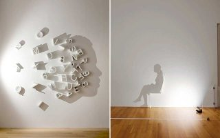 Η Kumi Yamashita δημιουργεί σκιές στους τοίχους, φωτίζοντας αντικείμενα από συγκεκριμένες γωνίες. Από την έκθεση «Black Out: Silhouettes Then and Now».