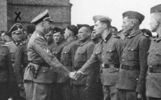 Ο Χάινριχ Χίμλερ χαιρετά διά χειραψίας τους νέους φρουρούς στο Τραουνίκι το 1942. Ενας από αυτούς ήταν και ο Παλίτζ, ο οποίος εκδόθηκε από τις ΗΠΑ στη Γερμανία, όπου πιθανώς θα δικαστεί.