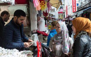 Η τουρκική λίρα έχει υποτιμηθεί περίπου 40% έναντι του δολαρίου, καθώς οι αγορές ανησυχούν για την οικονομική πολιτική που ακολουθεί ο Ερντογάν και για τον πληθωρισμό, που βρίσκεται πάνω από το 15%.