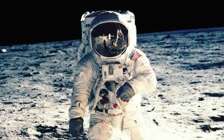 Η πρώτη προσσελήνωση το 1969 δεν επέτρεψε στον εικονιζόμενο Μπαζ Ολντριν να επισκεφθεί τη σκοτεινή πλευρά του δορυφόρου μας.