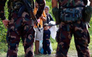 Ούγγροι στρατιώτες εμποδίζουν την προσέγγιση προσφύγων στα σύνορα με τη Σερβία, σε φωτογραφία αρχείου από το 2015.
